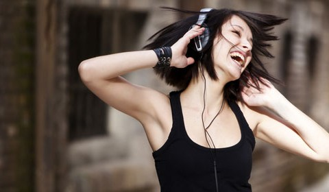 Uso de audífonos causa daño auditivo